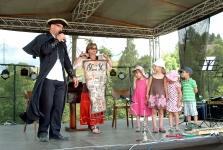 Oblíbený dětský program s Karlem Marcollim, spokojené dětské tváře, mobilní casino.
