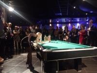 Kulečníková exhibice pro 350 hostů s blondýnkou v Kotvě